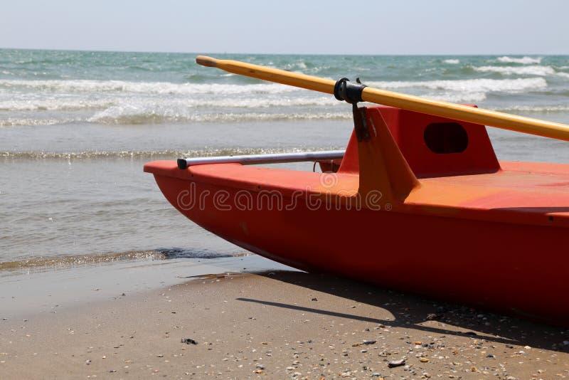 Räddningsaktionfartyg på sjösidan royaltyfria bilder