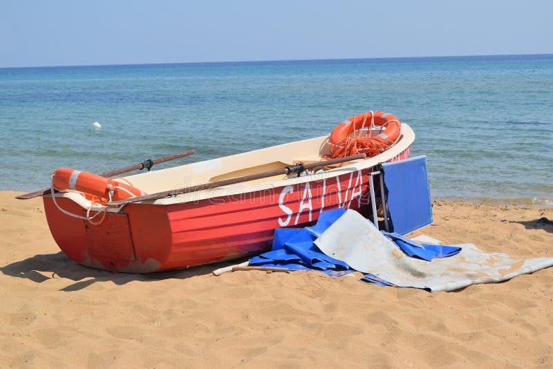 Räddningsaktionfartyg på stranden arkivfoton