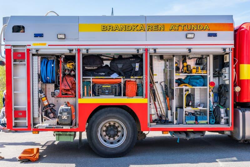 Räddningsaktionfiretruckmedel med öppna luckor som visar olik utrustning fotografering för bildbyråer