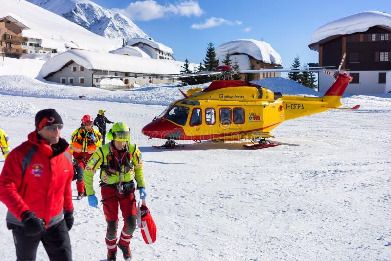 Räddningsaktionhelikopter i berg royaltyfri bild