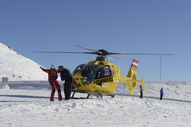 Räddningsaktionhelikopter i skidasemesterorten royaltyfria foton