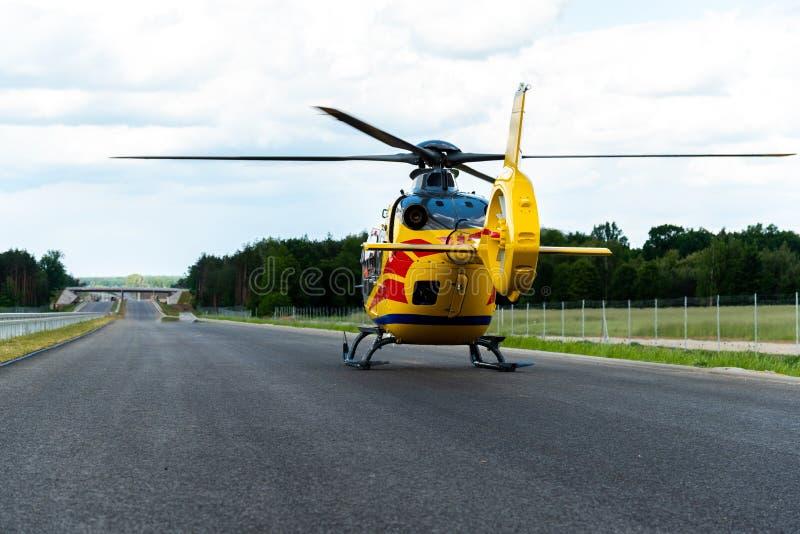 Räddningsaktionhelikopter som tar av från rutten arkivfoto