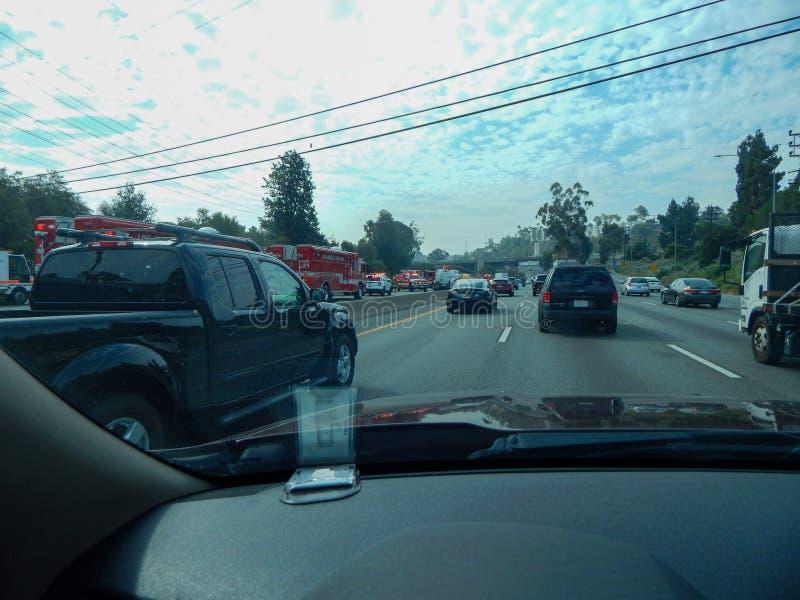 Räddningsaktionmedel fodrar motorvägen under olycka av den valt lastbilen på motorväg 5 i Los Angeles arkivfoton