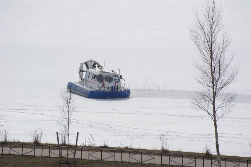 Räddningsaktionsvävfarkost på isen av den djupfrysta floden arkivfoto