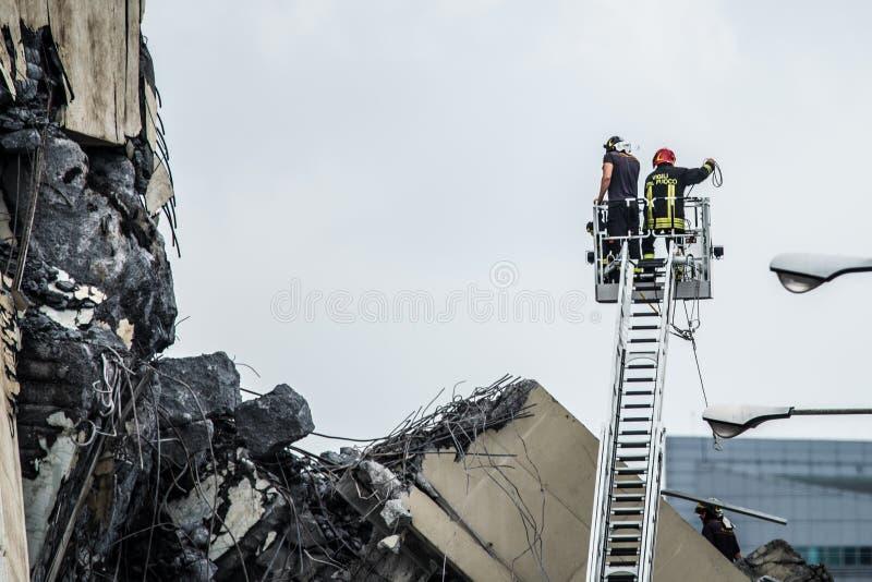 Räddningsarbetare på den Morandi bron i Genua, Italien fotografering för bildbyråer