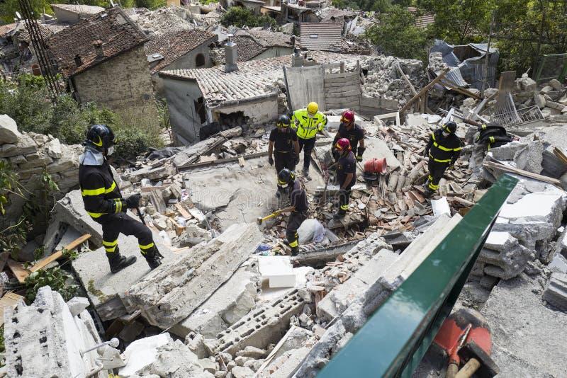 Räddningsarbetare på spillror efter jordskalv, Pescara del Tronto, Italien royaltyfria foton