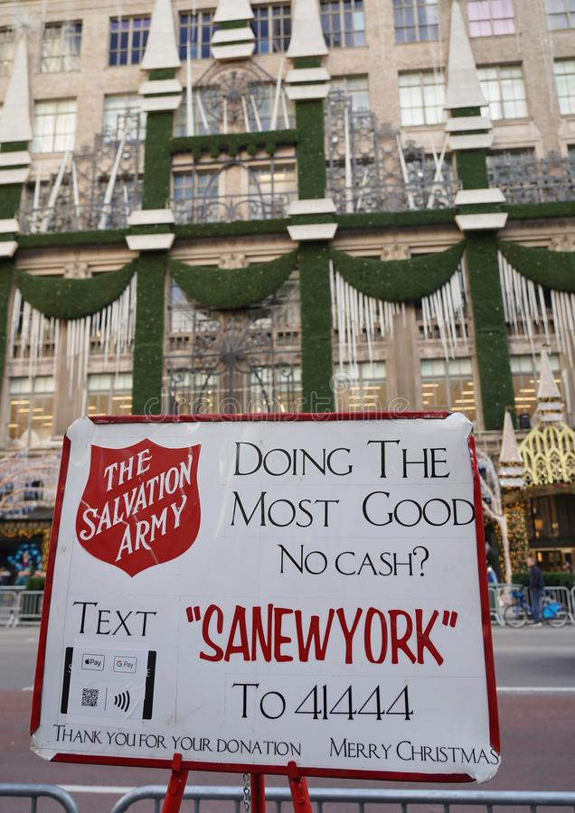 Räddningsarméns skylt och röda vattenkokare för samlingar i mellersta Manhattan royaltyfri foto
