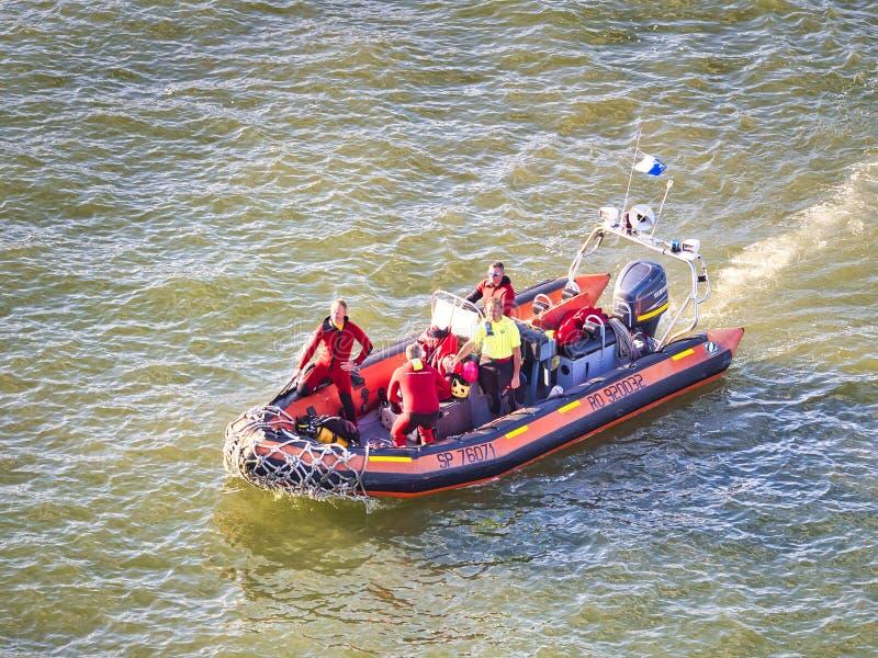 Räddningsmanskap i handling på ett uppblåsbart fartyg På Seine River i Frankrike under armada royaltyfria bilder