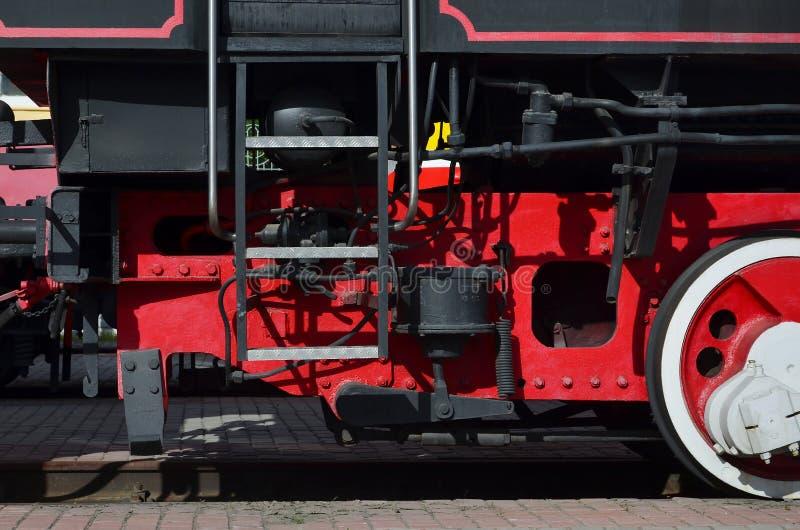 Räder der alten schwarzen Dampflokomotive der sowjetischen Zeiten Die Seite der Lokomotive mit Elementen der drehenden Technologi lizenzfreie stockfotos