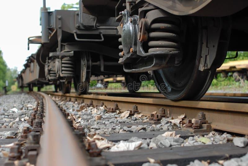 Räder des Zuglastwagens mit Frühling und Schiene lizenzfreie stockbilder