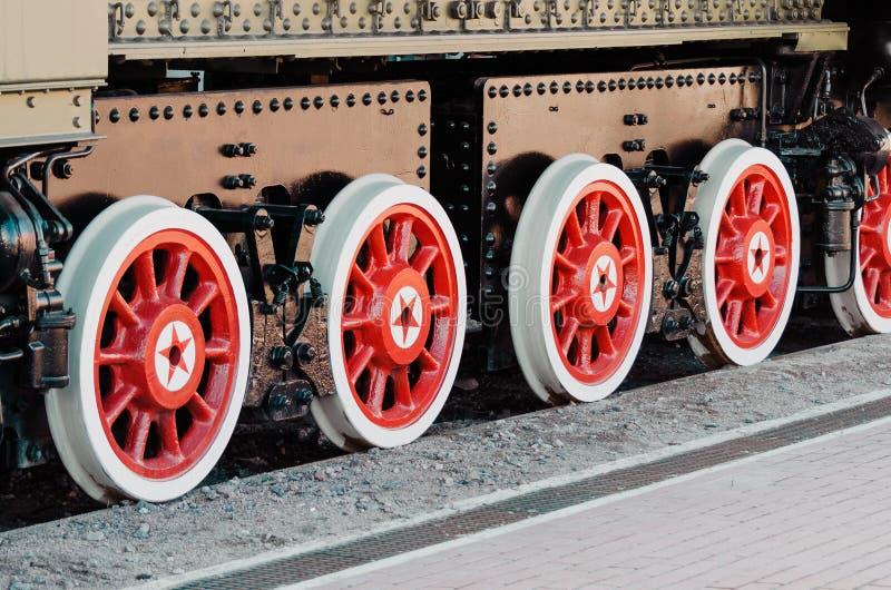 Räder eines alten Dampflokomotivabschlusses oben lizenzfreie stockfotografie