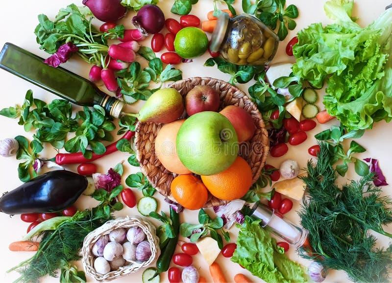 Rädisan för dill för persilja för vitlök för löken för den gröna tomaten för salat för röd peppar för frukter och f arkivbild