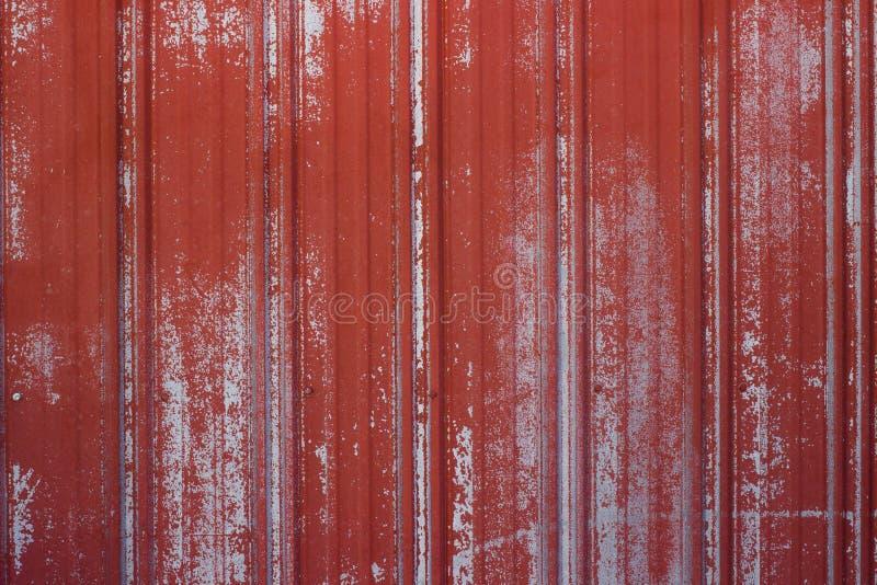 Räfflad och Ridged rostad metallyttersida med urblekt röd målarfärg fotografering för bildbyråer