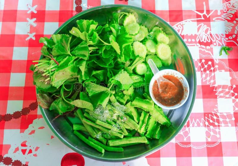 Räka-deg sås och ört för nya grönsaker i magasinet på vit bakgrund royaltyfri foto