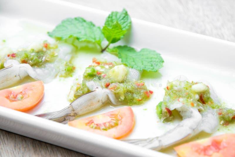Räka i fisksås, thailändsk mat som göras av ny räka och som är kryddig royaltyfri bild
