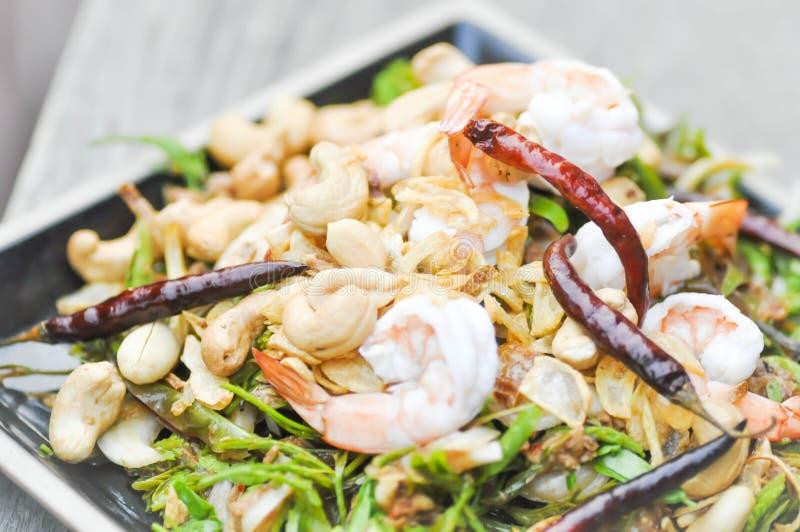 Räka- och grönsaksallad, kryddig sallad i Thaifood arkivbilder