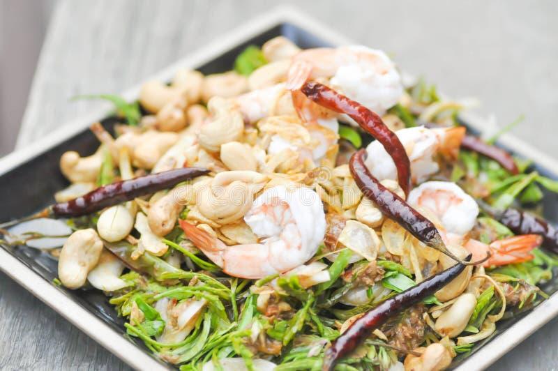Räka- och grönsaksallad, kryddig sallad i thailändsk mat royaltyfria bilder