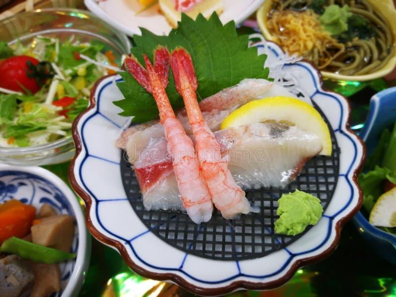 Räka och Sashimi, japansk kokkonst Japansk mat som tjänas som på th arkivfoto