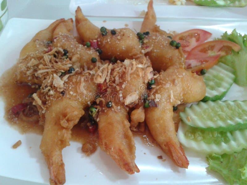 Räka som stekas med thai mat för tamarindfruktsås royaltyfri foto