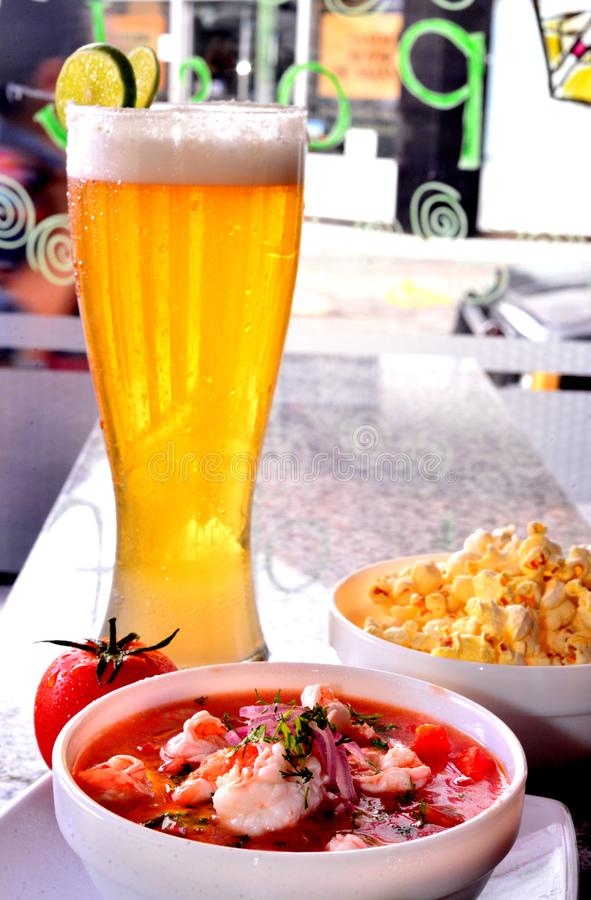 Räkaceviche med popcorn och öl royaltyfria foton