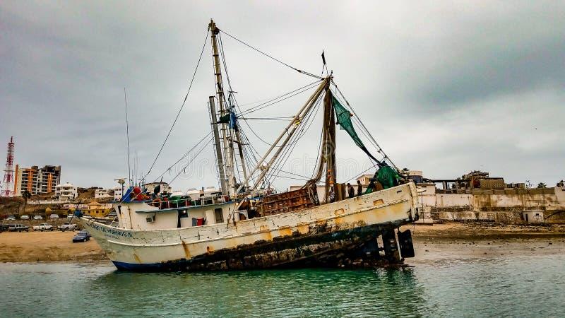 Räkafartyg som gås på grund på den Puerto Penasco hamnen, Mexico royaltyfria foton