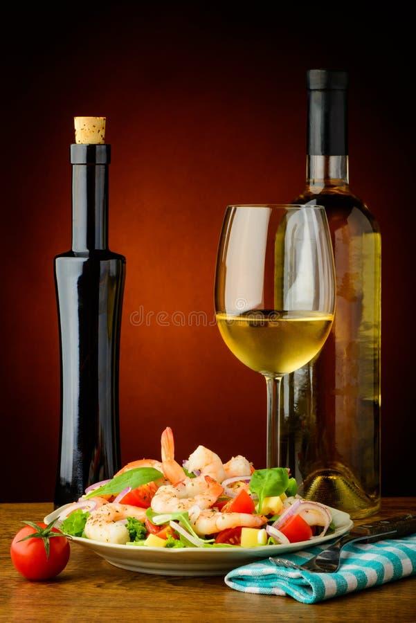 Räkasallad och vitt vin royaltyfria bilder