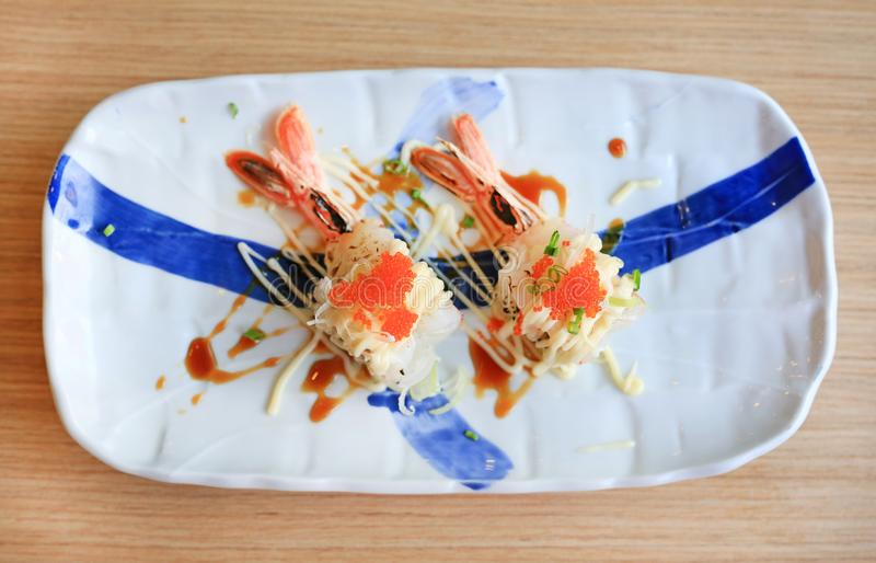 Räkasushi med ägget i platta på trätabellen traditionell matjapan arkivfoton