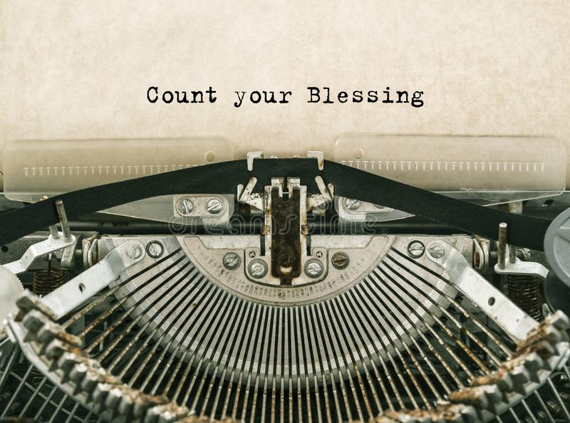 Räkna dina välsignelsen skrev ord på en tappningskrivmaskin royaltyfria foton