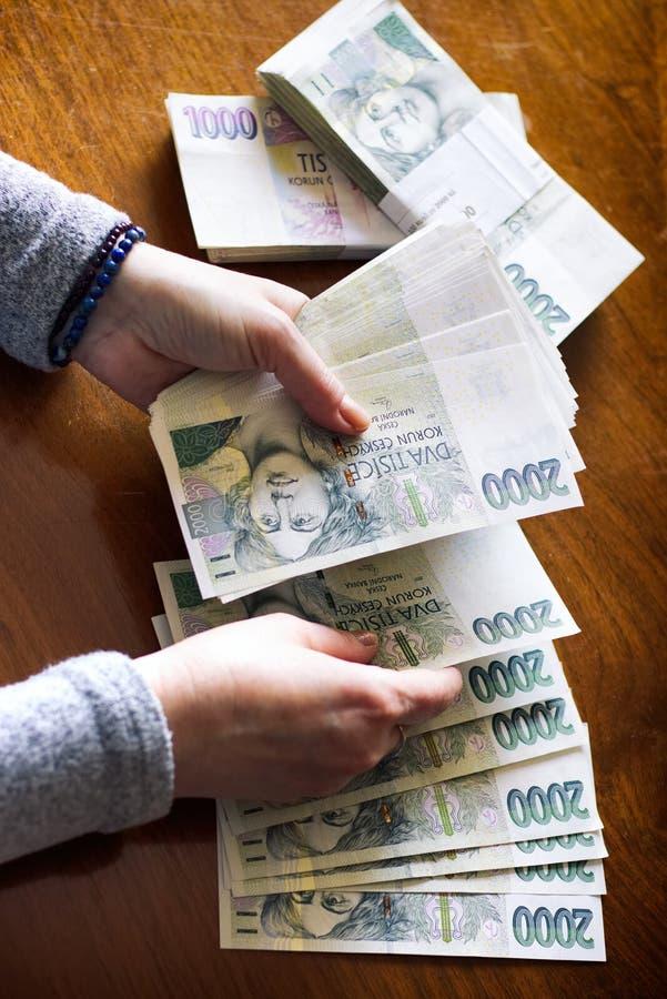 räkna pengarkvinnan royaltyfri bild