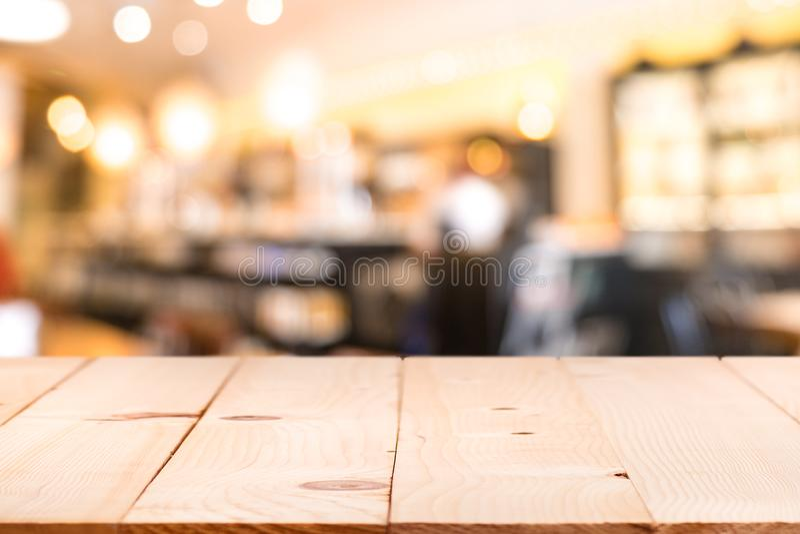 Räknare för tabellöverkant med suddigt folk i restaurangkafébackgro fotografering för bildbyråer