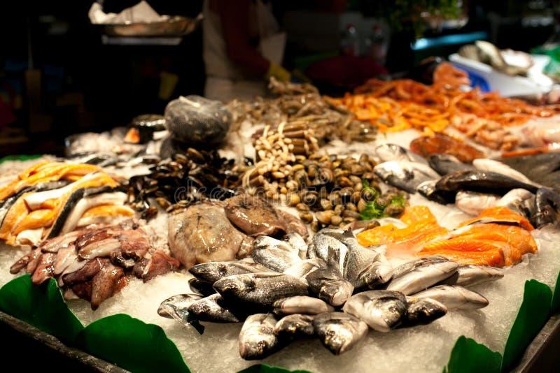 Räknaren på marknaden, skaldjur på is, musslor, lax, snapper Den Boqueria marknaden i Barcelona, Spanien royaltyfri foto