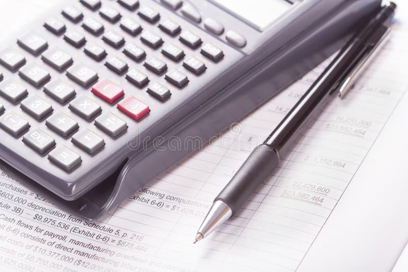 Räknemaskin bokföringsunderlag, penna royaltyfria foton