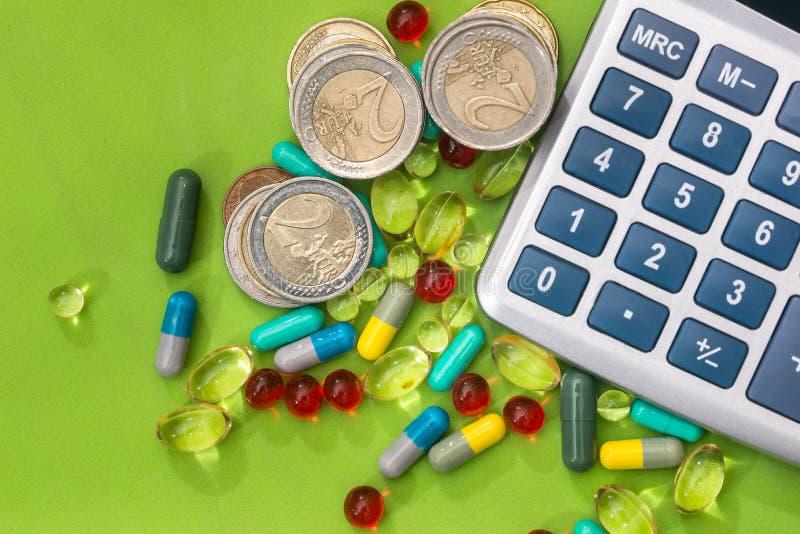 räknemaskin med medicinska preventivpillerar och euromyntet royaltyfri foto