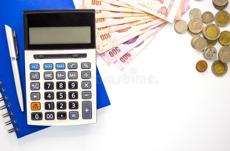 Räknemaskin med pengar och anteckningsboken på vit bakgrund, bästa sikt, kopieringsutrymme arkivfoton