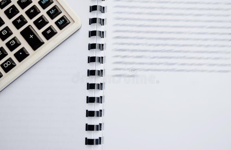 Räknemaskin på anteckningsboken med pennan arkivbilder