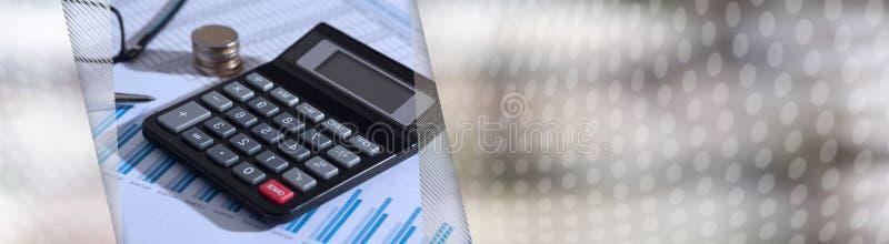 Räknemaskin på finansiella dokument, redovisningsbegrepp panorama- baner royaltyfria foton