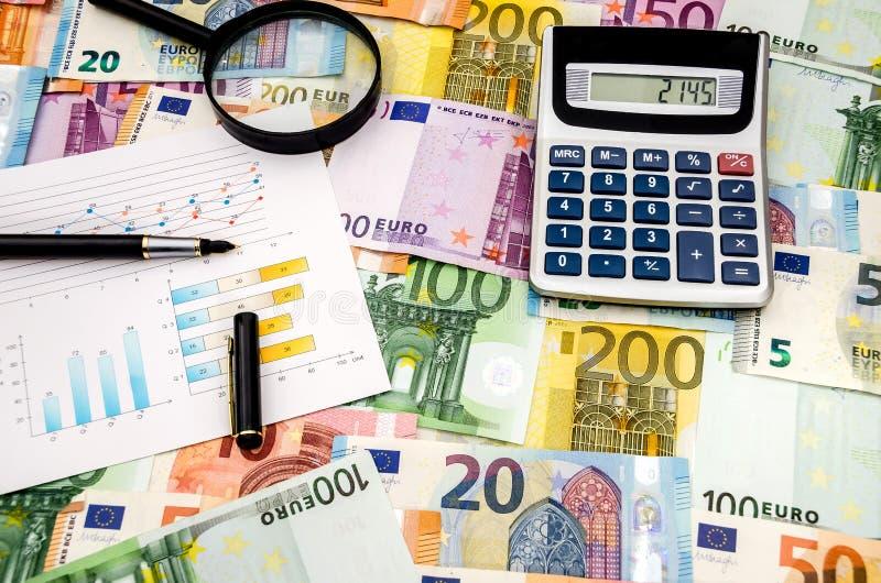 Räknemaskinpenna och graf på eurobakgrunden arkivfoto