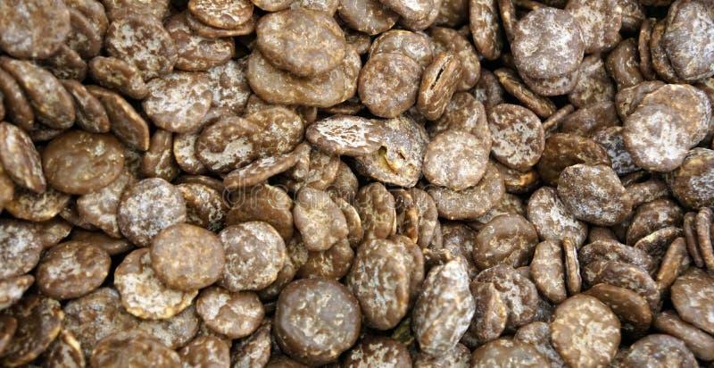 Räkning för havreflingor i chokladtexturbakgrund arkivbilder