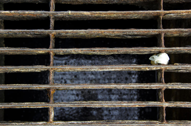 Räkning stängt stålgaller av kloakröret royaltyfri foto