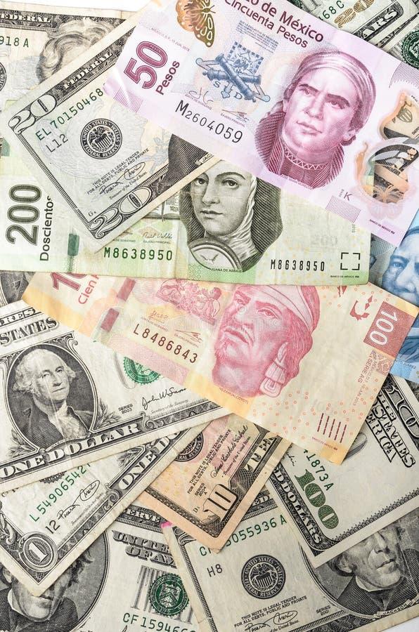 Räkningar för dollar och för mexicanska Pesos royaltyfri fotografi