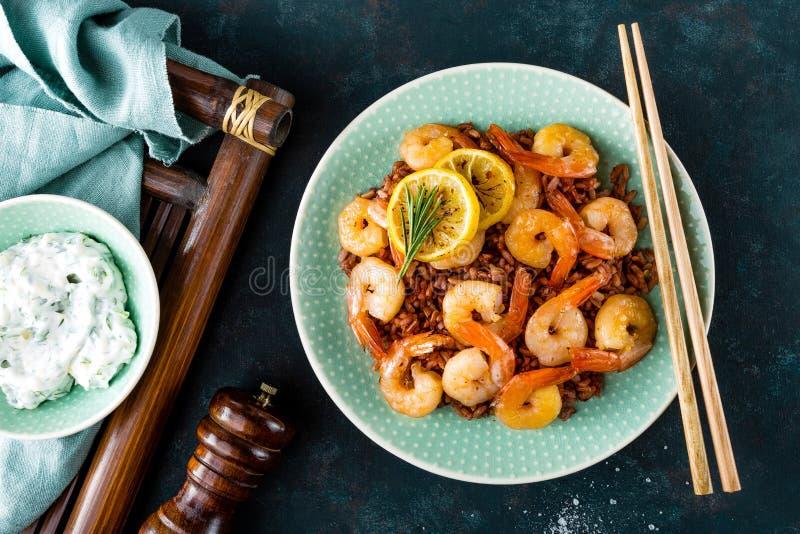 Räkor grillade på galler och kokade råriers på plattan Grillade räkor, räkor med ris Skaldjur asiatisk kokkonst Top beskådar arkivbilder