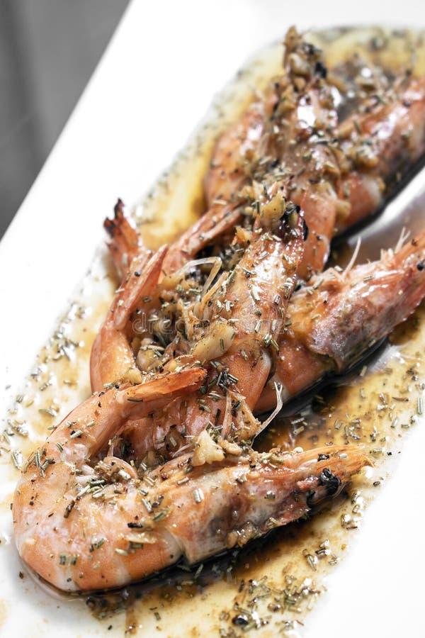Räkor sauteed med vitlökörten och sås för balsamic vinäger arkivfoto