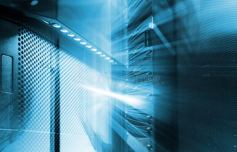Ränge der modernen Server-Hardware im Rechenzentrum mit Unschärfe und Bewegung stockfotografie