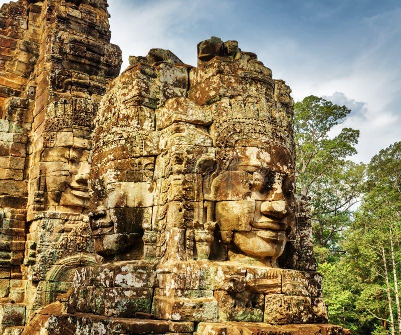 Rätselhafte lächelnde riesige Steingesichter von Bayon-Tempel, Angkor Thom lizenzfreie stockfotos