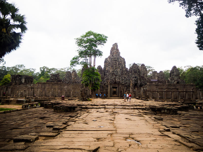Rätselhafte riesige Steingesichter alten Bayon-Tempels in Angkor-Th lizenzfreies stockbild