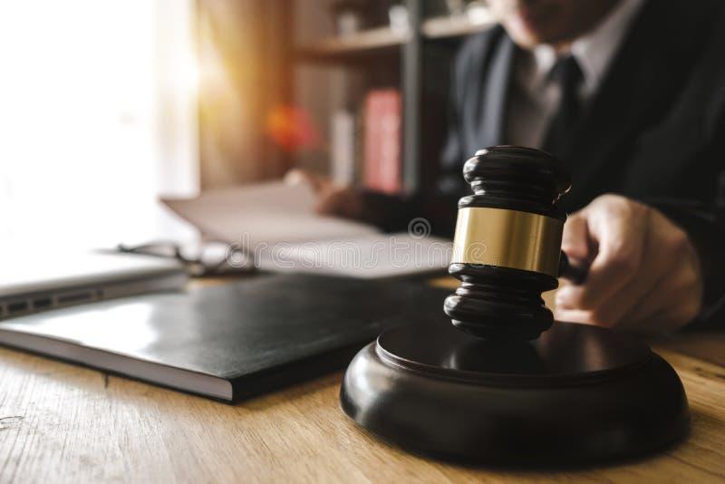 Rättvisa och lagbegrepp Manlig domare i en rättssal med auktionsklubban som arbetar med, digital minnestavla arkivfoto