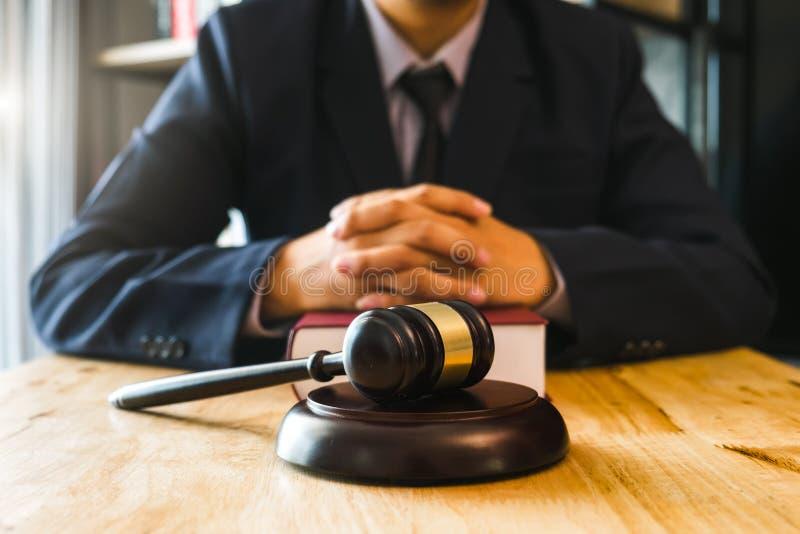 Rättvisa och lagbegrepp Manlig domare i en rättssal med auktionsklubban som arbetar med, digital minnestavla royaltyfri fotografi