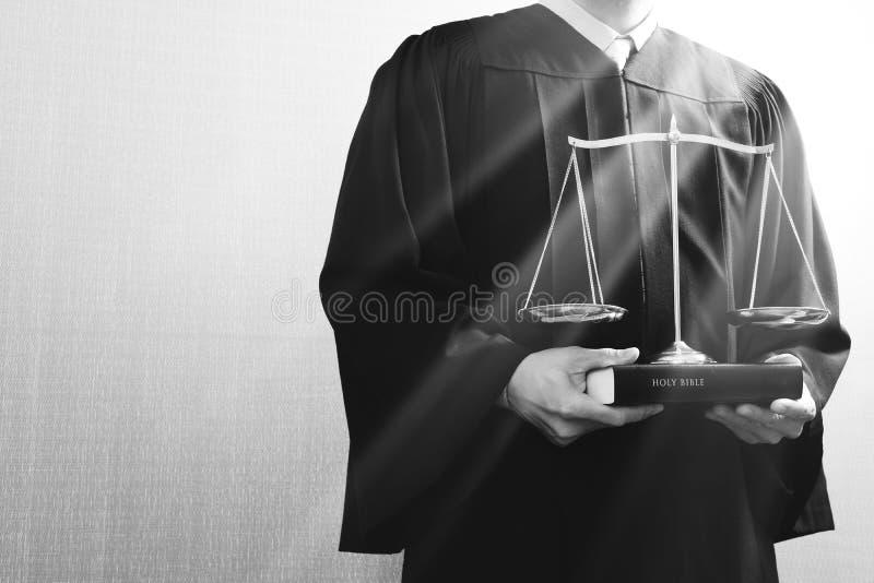 Rättvisa och lagbegrepp Manlig domare i en rättssal med jämvikten stock illustrationer