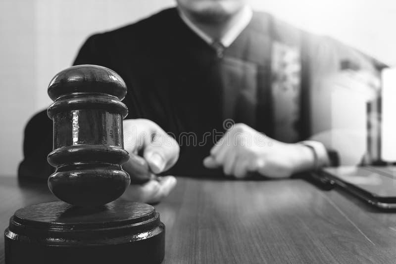 Rättvisa och lagbegrepp Manlig domare i en rättssal som slår Get fotografering för bildbyråer