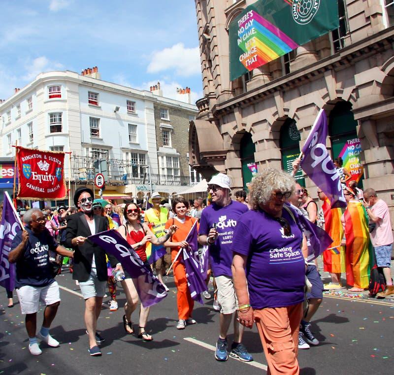 Rättvisamedlemmar i Brighton Pride ståtar royaltyfri fotografi
